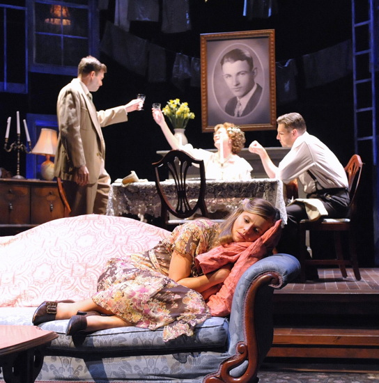 multiple protagonists of the glass menagerie by tennessee williams The glass menagerie essay examples multiple protagonists of the glass menagerie by the character of jim and laura in the glass menagerie by tennessee williams.